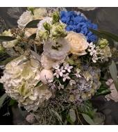 Kreemvalgetes ja sinistes toonides lillekimp (suvi/sügis)
