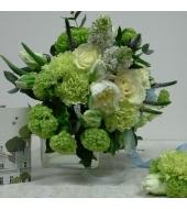Katsikukimp hooajalistest lilledest väikese kimbukese ja kaardiga