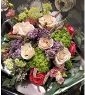 Erkates roosades ja rohelistes toonides lillekimp