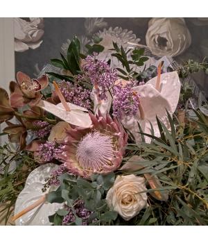 Suur kimp kuningprotea, orhidee ja anthuriumitega.jpg