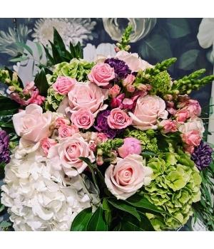 Suur rooside ja hortensiatega lillekimp.jpg