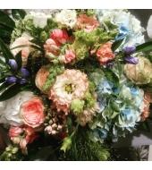 Helesinistes ja roosades toonides suvine lillekimp (suvi/sügis)