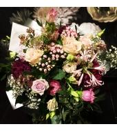 Roosades ja violetsetes toonides lillekimp (kevad-suvi-sügis)