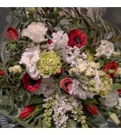 Kevadine kimp tulpide, anemoonide ja sirelitega