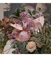 Kuningprotea, orhidee ja anthuriumitega suur lillekimp