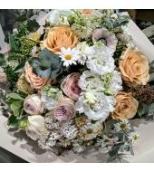 Heledates pastellsetes toonides rikkalik romantiline lillekimp
